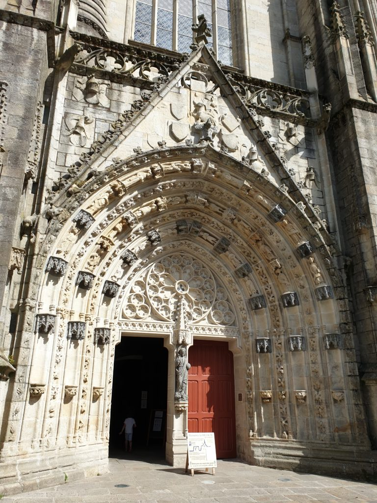 gable et grand portail cathédrale saint corentin quimper