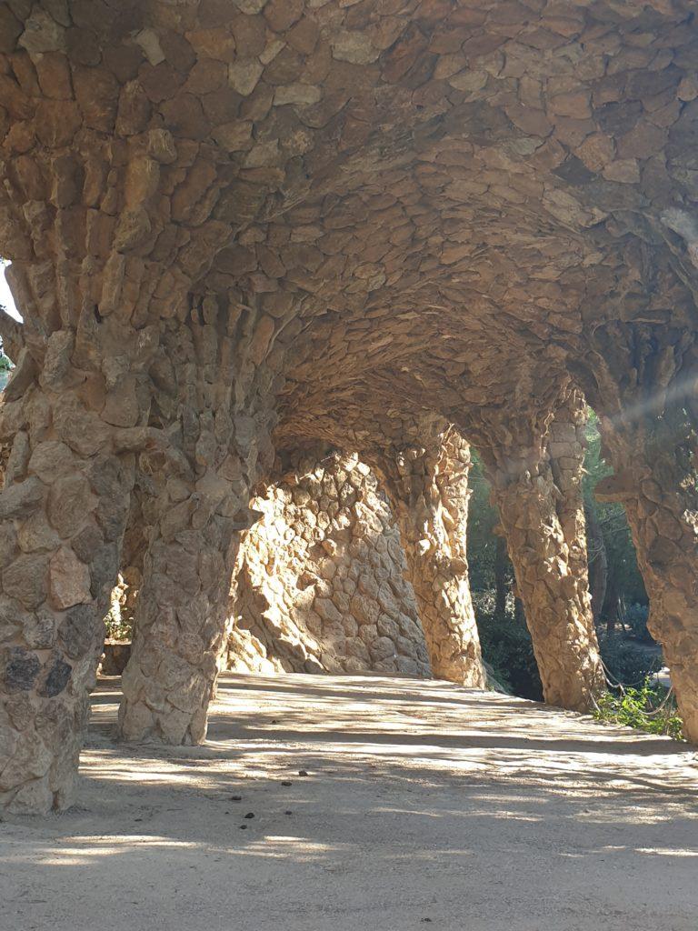 dessous viaduc parc Guell Barcelone